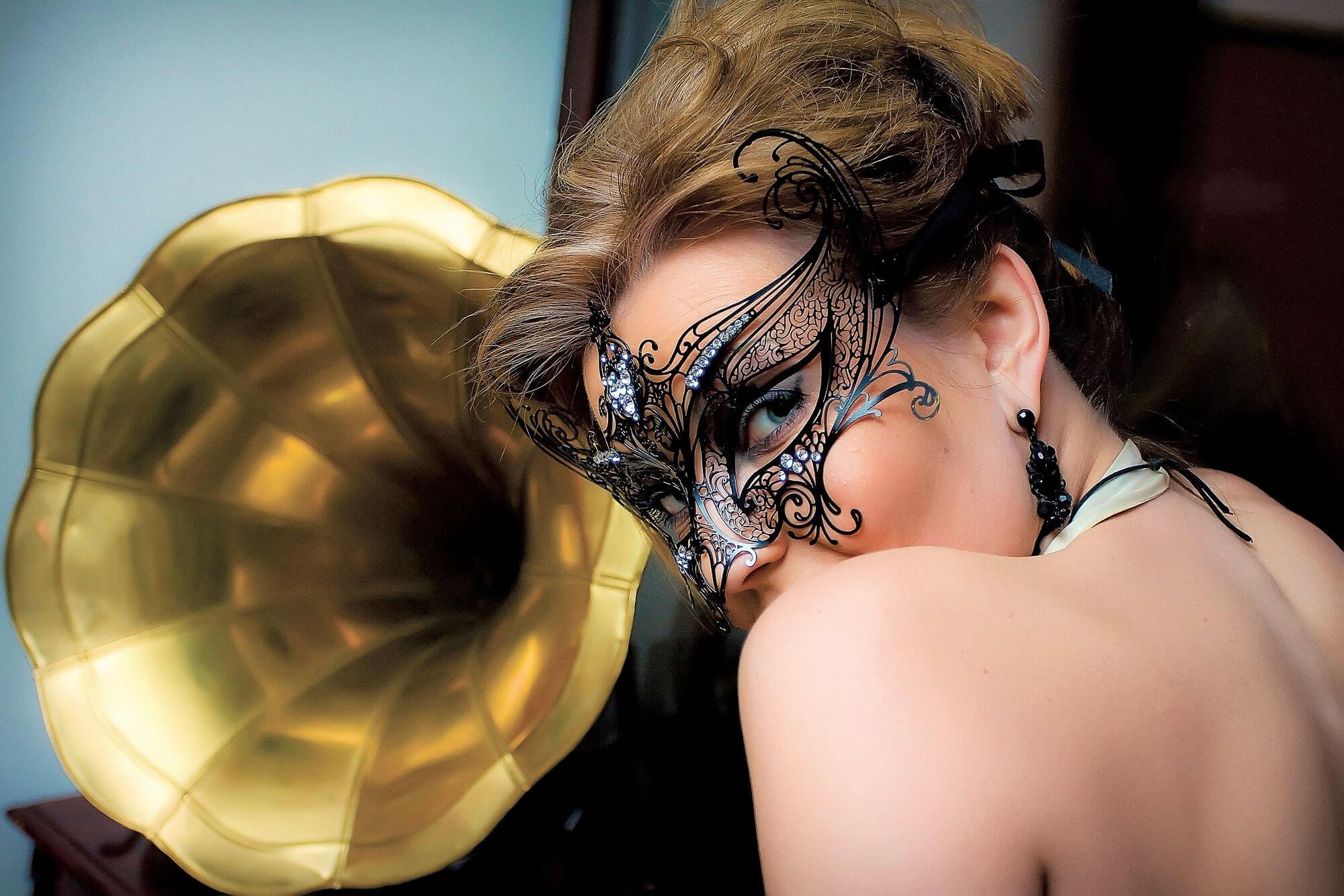 Тёлочки в масках 10 фотография