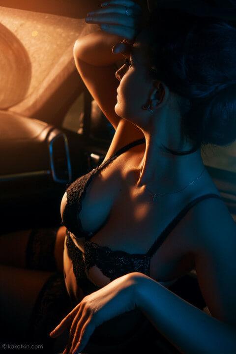 Девушка в автомобиле съёмка в стиле ню Москва