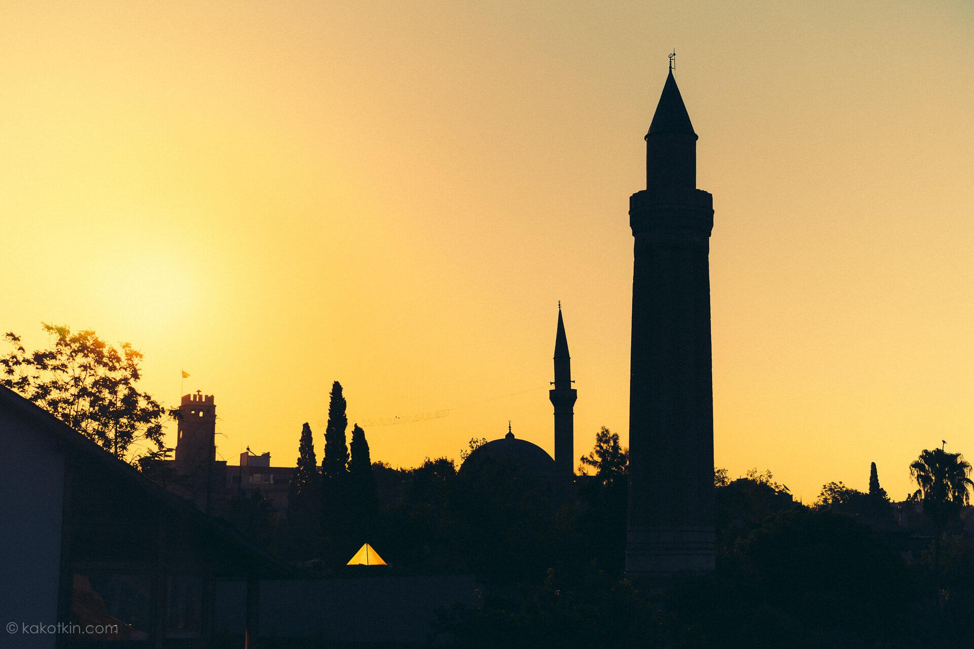 Старый город Калейчи Анталия мечети силуэт на солнце